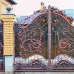 Красоту классической ковки подчеркивает поликарбонатный лист