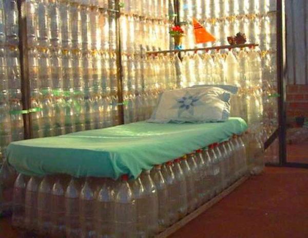 Кровать из пластиковых бутылок... нужен хороший матрас, а основание сделать не слишком сложно