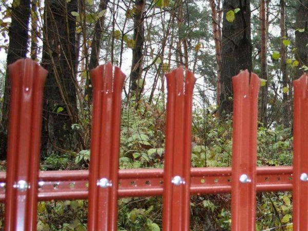 """Так монтировать быстрее, но это """"чисто декоративный"""" забор"""