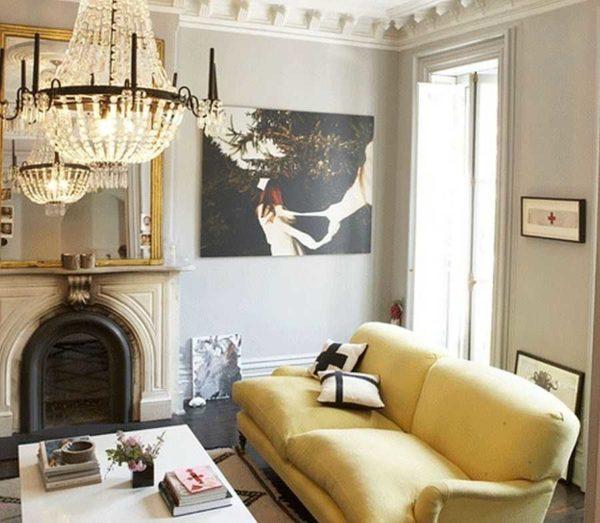 Лепниной украшена верхняя часть потолка, сделан высокий плинтус, оформление дверных и оконных проемов. Классический камин добавляет шарма
