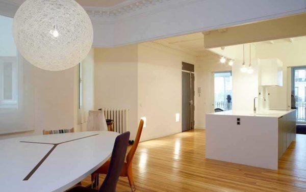 Очень часто лепные изделия используют при оформлении многоуровневых потолков
