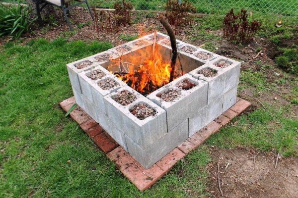 Подготовить площадку можно и так... Кстати, интересная идея - использовать бетонные блоки, загрузив пустоты галькой или щебнем