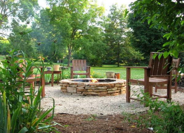 Если оборудовать площадку для костра костровищем и поставить пару скамеек, получится очень уютное место