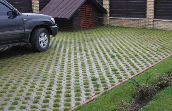 Парковочные решетки - это не пластик, а бетон с отверстиями под траву