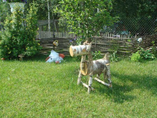 Садовые фигурки из дерева - это необязательно резьба. Могут быть и такие - из чурбаков. Замечательный конь!