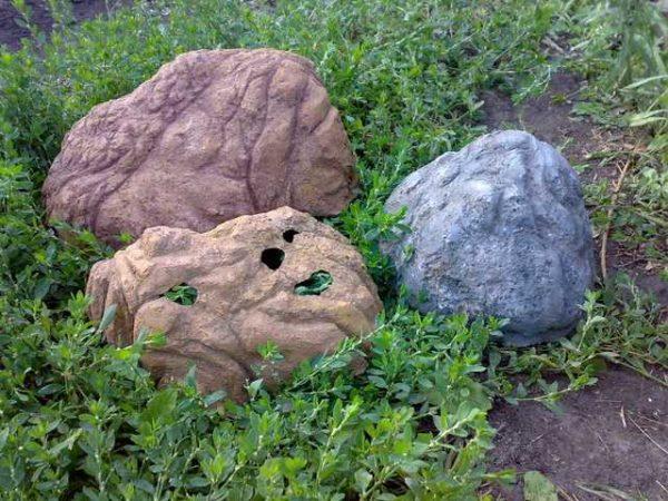 Это камни из бетона, но они полые внутри. Основу можно слепить из глины, обмазать несколькими слоями бетона. Когда все высохнет, глину выкрошить