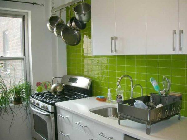 Яркая плитка на кухонном пластике - акцент на нее