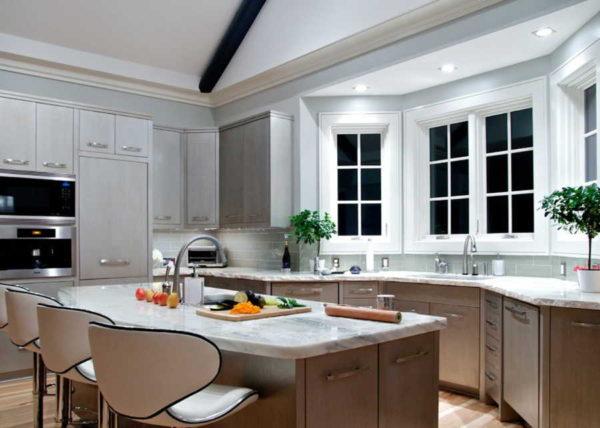 Сделать подсветку в эркере при помощи встроенных потолочных светильников - хорошая, а главное - функциональная идея