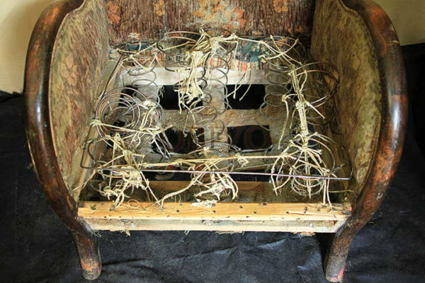 Внизу ленты, на них опираются пружины... слишком сложно реставрировать