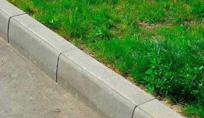 Бордюр отделяет дороги и дорожки от газонов и площадей