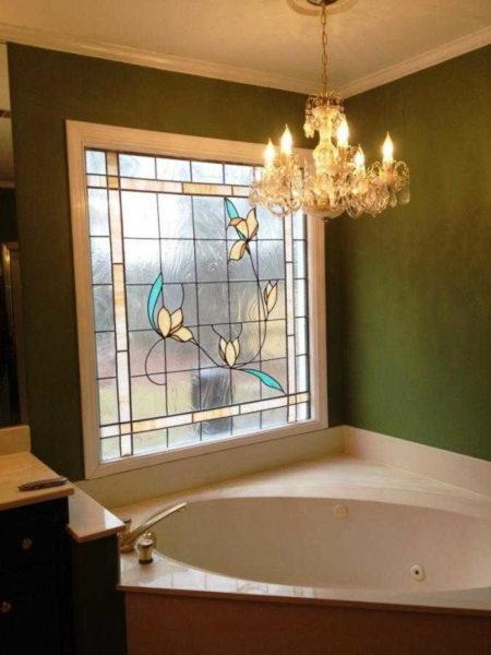 Витраж в интерьере ванной позволяет сохранить приватность