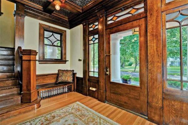 Витражные элементы в одном и том же стиле на дверях, окнах, в помещении