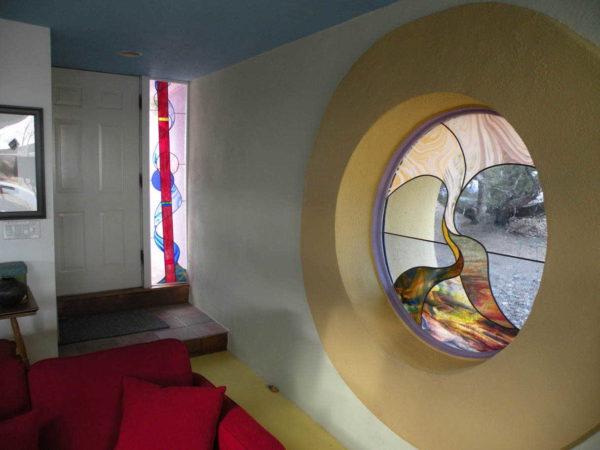 Необычной формы окно, да еще и с орнаментом из стекла