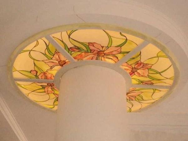 Верх колонны оформлен стеклянным орнаментом