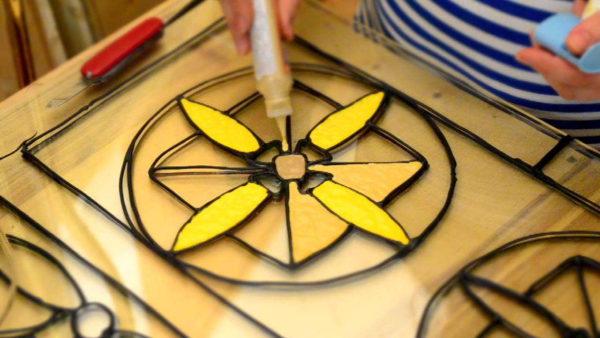 Заливная техника - при помощи полимеров создают рисунок на стекле
