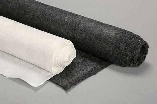 Геотекстиль продают в рулонах шириной от 2 до 6 метров