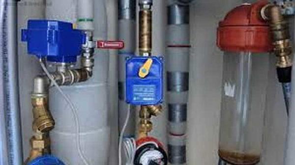 Устройство контроля протечки воды Нептун легко опознать по рычагам на блоке электропривода шарового крана