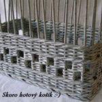 Вот такую корзинку или плетеный лоток можно сделать из газетных трубочек