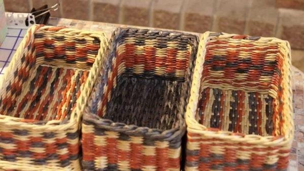 Использование разнообразных узоров, делает одинаковые по размерам корзинки неузнаваемыми