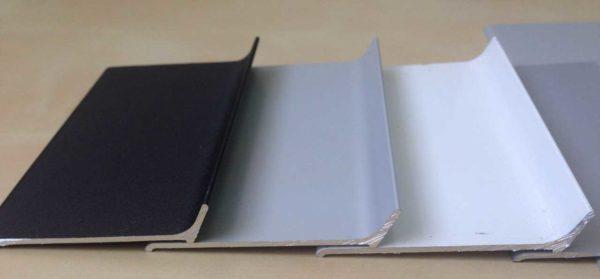 Это только три возможных варианта окраски алюминиевого плинтуса на клею