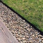 и гравийной дорожкой можно при помощи садовой/газонной/огородной пластиковой ленты для бордюров