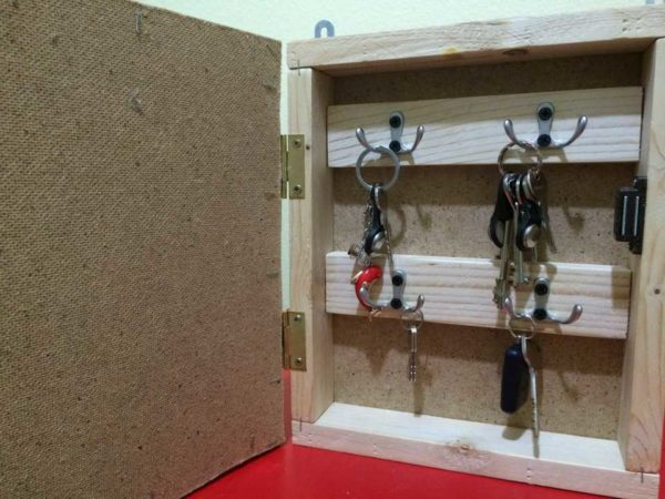 kluchnica-svoimi-rukami-5-600x450 Настенная ключница своими руками: идеи, схемы, чертежи