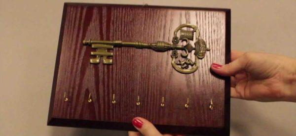 Хорошо обработанный кусок древесины с украшением и крючками