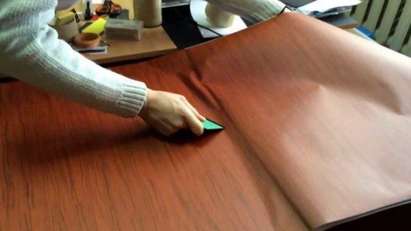 Самоклеющаяся пленка для мебели наклеиваться может и так