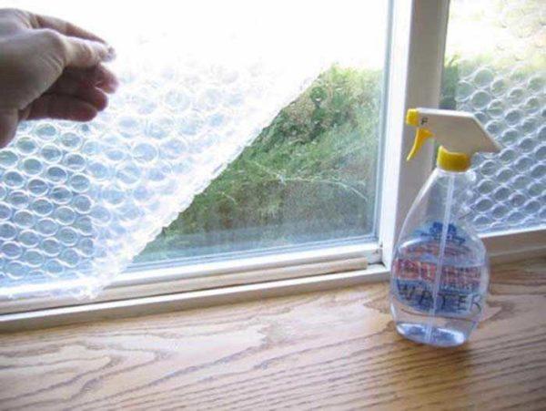 Можно поступить проще - наклеить пупырчатую упаковочную пленку на стекло изнутри