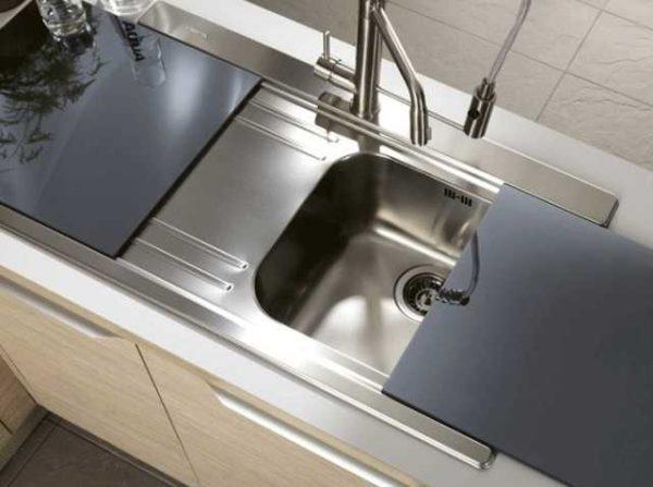 Раковина для кухни из наржавейки может быть дополнена различными аксессуарами