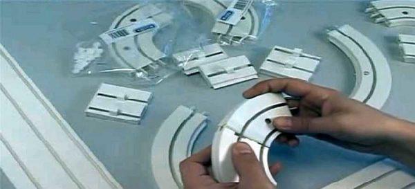 Потолочный пластиковый карниз для штор напоминает конструктор