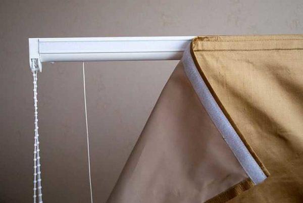 Потолочные карнизы для штор плофильного типа могут быть с управлением и липучкой для ламбрекена или декоративной планки