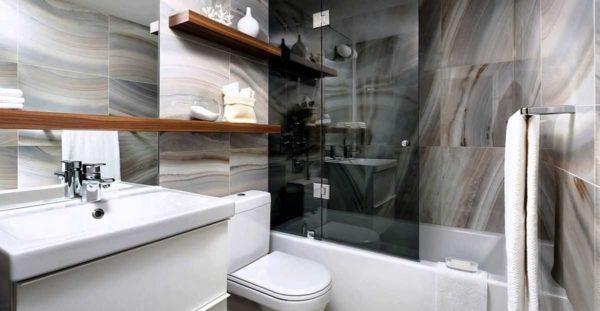 Хоть и не ассоциируется у нас древесина с ванной, но она смотрится тут отлично