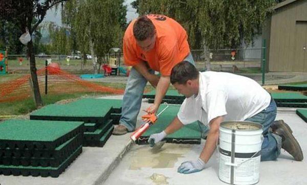 При укладке на бетон используют клей