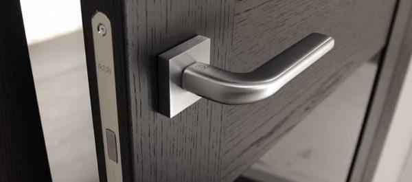 Магнитную защелку можно определить по тому, что ригель не торчит из дверного полотна
