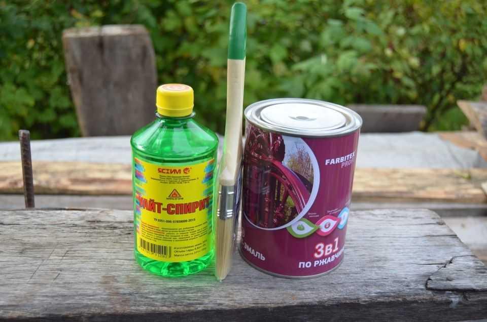 Пред нанесением краски на металл, его обработать уайт-спиритом - будет держаться лучше