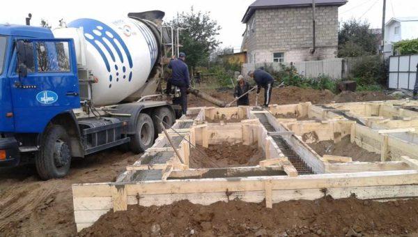 Чаще всего для ленточного фундамента используют бетон этой марки