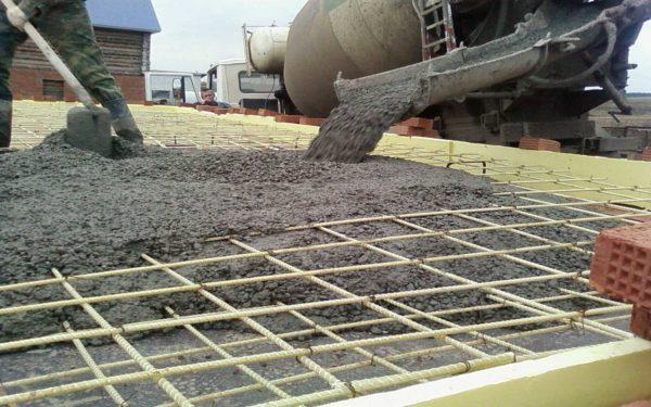 Гравийный бетон М300 применяют при заливке фундаментов частных домов и коттеджей