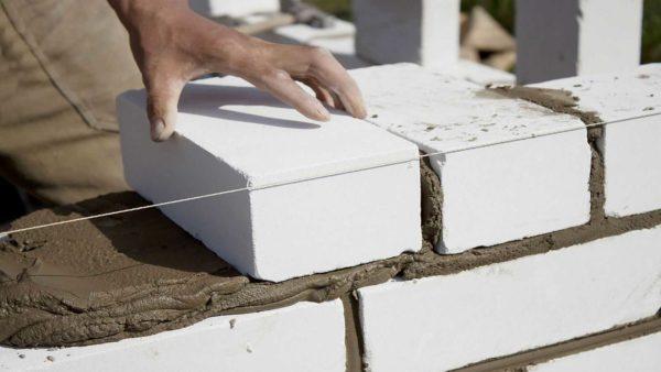Силикатный кирпич имеет свои плюсы и минусы, но из него строили раньше и строят сейчас