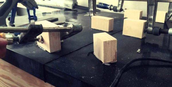 Для того, чтобы части столешницы притянуть как можно плотнее, ставят временные упоры. За эти упоры цепляют струбцины