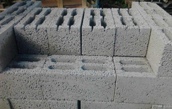 На поверхности блока угадываются округлые гранулы керамзита. В зависимости от марки, они могут быть разного размера, в большем или меньшем количестве