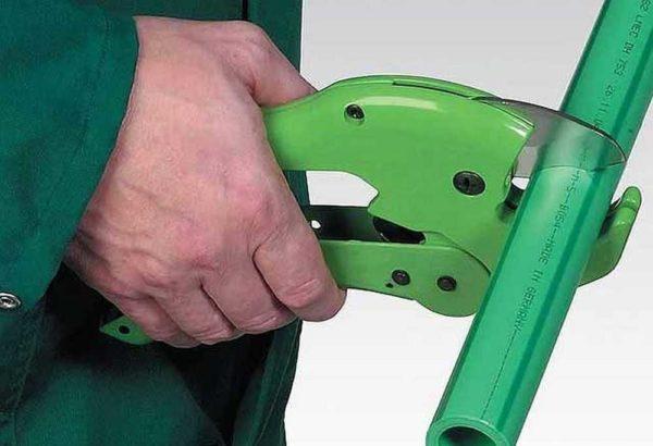 Качественные ножницы для труб неплохо справляются даже с толстостенным и армированным полипропиленом