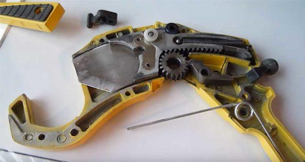 """Внутренне устройство ножниц для труб типа """"пистолет"""""""