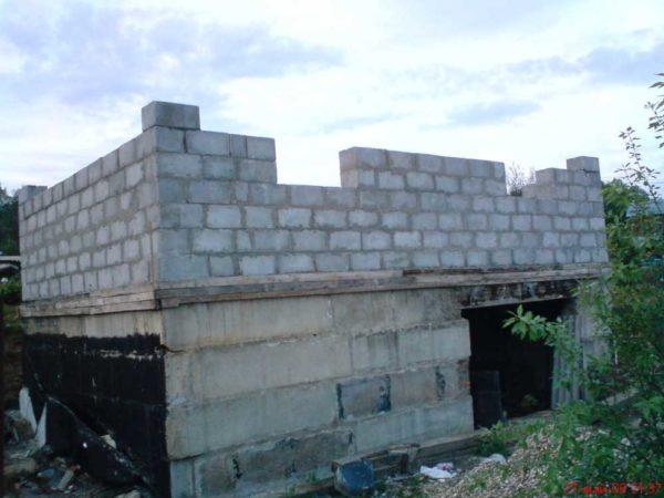 Стеновые блоки для наружных стен из полистиролбетона имеют крупные размеры