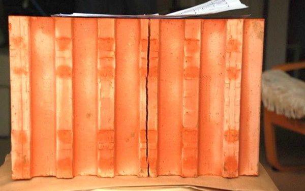 Вот такие трещины не противоречат ГОСТу, но класть из него стены вряд ли можно