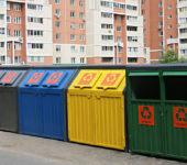 сбор мусора около многоквартирного дома