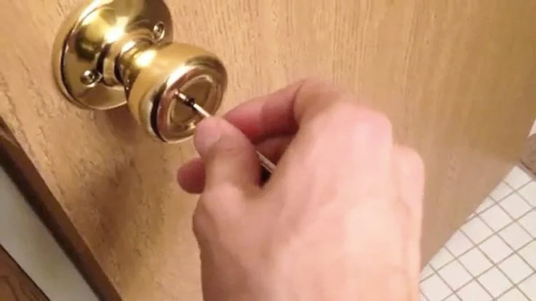 снимаем запор межкомнатной двери