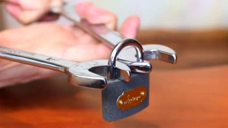 открываем замок рожковыми ключами