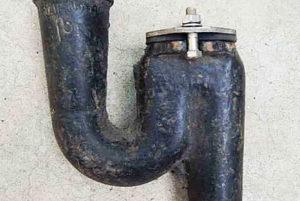 Чугунные сифоны до сих пор ещё можно встретить в старых домах