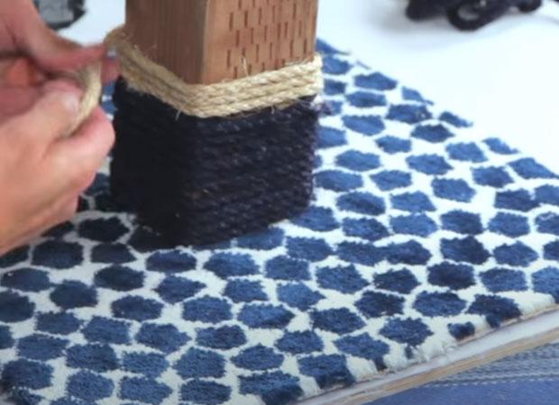 Плотно наматываем бечёвку на основание когтеточки столбика
